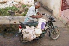 Redaktörs- illustrativ bild Moped som flyttar sig i Indien Arkivbilder