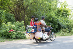Redaktörs- illustrativ bild Moped som flyttar sig i Indien Arkivbild