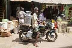 Redaktörs- illustrativ bild Moped som flyttar sig i Indien Royaltyfria Bilder