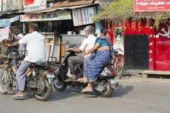 Redaktörs- illustrativ bild Moped som flyttar sig i Indien Royaltyfria Foton