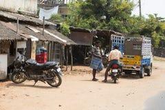 Redaktörs- illustrativ bild Moped som flyttar sig i Indien Royaltyfri Bild