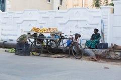 Redaktörs- illustrativ bild Shoppa av frukter och grönsaker Arkivfoton