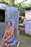 Redaktörs- kvinna framme av det nya zinkhuset Nicaragua Fotografering för Bildbyråer