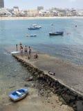 Redaktörs- män ses på den pirLas Canteras stranden med hotell in royaltyfri bild