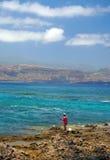 Redaktörs- man som fiskar den steniga kustlinjen av Playa Las Cantera Las arkivfoton