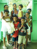 Redaktörs- nicaraguanska kreolska familjmödrar och barnkusiner Royaltyfri Foto