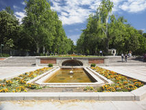 Redaktörs- turister går vid springbrunningången till Retiro parkerar Royaltyfri Foto