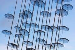 redaktionell April 2019 Saloniki, Griechenland Die Installation von Regenschirmen in Saloniki ist ein Symbol der Stadt lizenzfreies stockfoto
