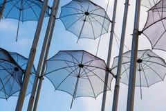 redaktionell April 2019 Saloniki, Griechenland Die Installation von Regenschirmen in Saloniki ist ein Symbol der Stadt lizenzfreies stockbild