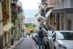 redaktionell April 2019 Saloniki, Griechenland Junger gut aussehender Mann, Tourist, wenn der Rucksack Bildern auf einem Smartpho lizenzfreie stockfotografie