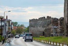 redaktionell April 2019 Saloniki, Griechenland Stra?e zum Meer und zur Festung des Trigonions-Turms in der oberen Stadt in Saloni stockfotos