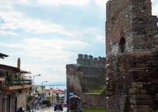 redaktionell April 2019 Saloniki, Griechenland Stra?e zur See- und Festungswand des Trigonions-Turms in Saloniki, Griechenland lizenzfreies stockbild