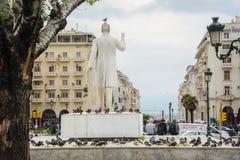 redaktionell April 2019 Saloniki, Griechenland Tauben auf dem Monument Eleftherios Venizelos auf den Quadrat Archeas-Agora lizenzfreies stockbild