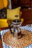 Redaktionell - bialetti französisches Presse-Kaffee pourer lizenzfreie stockfotos