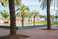 redaktionell Mai 2018 Girona, Spanien Park mit Palmen nahe t lizenzfreies stockbild