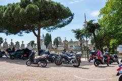 redaktionell Mai 2018 Radfahrer und Motorräder nahe dem alten cemete lizenzfreie stockfotografie