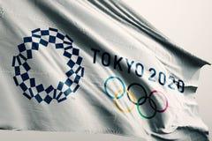 Redaktionell - Tokyo 2020 Illustration der Sommer-Spielflagge 3d stockbild