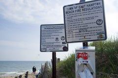 Redaktionelle Strandregeln und -Brandschutzbestimmungen geben Ebenen Montauk mit einem Graben um Lizenzfreie Stockfotografie