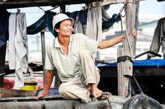 Redaktionelles Boot auf traditionellem sich hin- und herbewegendem Markt Stockfoto