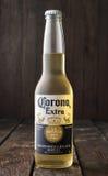 Redaktionelles Foto der Flasche von Corona Extra Beer auf dunklem hölzernem Hintergrund Stockbild