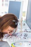 Redattore facendo uso della lente di ingrandimento d'ingrandimento per osservare lo strato del contatto Fotografie Stock Libere da Diritti