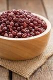 Redbean zboże organicznie w pucharze na drewnianym tła vertical widoku Fotografia Stock