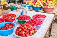Redberries på marknaden Arkivbilder