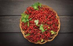 Redberries, uva passa, in un canestro sulla tavola di legno scura Immagini Stock Libere da Diritti