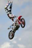 REDBOURN, UK - Maj 25: Unamed wyczynu kaskaderskiego jeździec od Bolddog 'L obraz stock