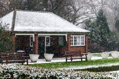 Redbrick hus i en parkera Jullandskap och ny snö Royaltyfri Bild