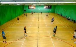Redbridge, Essex - 6 de junho de 2017: Badminton social no ` do esporte fotografia de stock