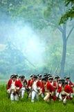 Redcoats rivoluzionari britannici di guerra di storia a rievocazione immagini stock