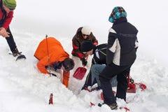 Redders die die voor een slachtoffer graven in diepe sneeuw wordt begraven royalty-vrije stock foto