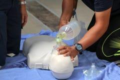 Redding en CPR-opleiding aan eerste hulp stock afbeeldingen