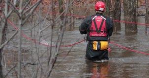 Reddings zeevaartvrijwilliger in water stock video