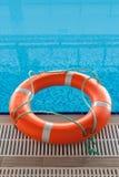 Reddingsboei in blauw water in zwembad Stock Afbeelding