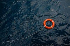 Reddingsboei in een stormachtige blauwe overzees, Reddingsboei in blauwe overzees, veiligheidsmateriaal in zee of marine Stock Fotografie
