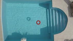 Reddingsboei in een zwembad stock videobeelden