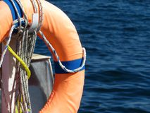 Reddingsboei op de van het overzeese ring kust Oranje leven op het strand royalty-vrije stock afbeelding