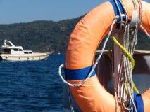 Reddingsboei op de van het overzeese ring kust Oranje leven op het strand royalty-vrije stock fotografie