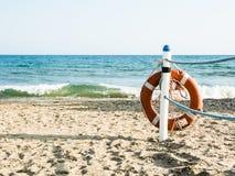 Reddingsboei op een zandig overzees strand in Terracina, Italië Het veilige Zwemmen Royalty-vrije Stock Afbeeldingen