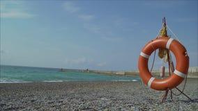 Reddingsboei op het strand stock videobeelden