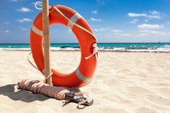 Reddingsboei op het strand. Royalty-vrije Stock Fotografie