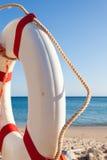 Reddingsboei op het strand stock fotografie
