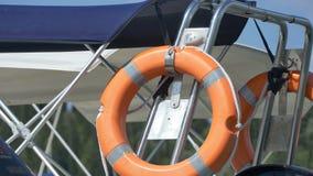 Reddingsboei op Motorboot stock videobeelden