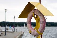 Reddingsboei opgezet op de post bij de jachthaven Veiligheid in sailin Stock Foto's