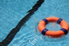Reddingsboei in pool Stock Afbeelding