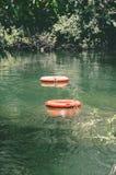 Reddingsboeien die op wateren van Formoso-rivier drijven Royalty-vrije Stock Foto's
