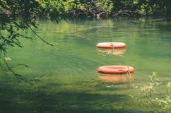 Reddingsboeien die op wateren van Formoso-rivier drijven Stock Afbeelding