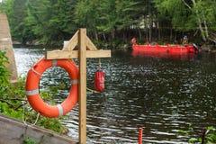 Reddingsboeipost op een bouwwerf die de twee banken van een rivier - 2/2 impliceert stock afbeelding